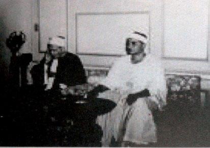 ( الشيخ فى محطة الاذاعة يتلو القرآن )