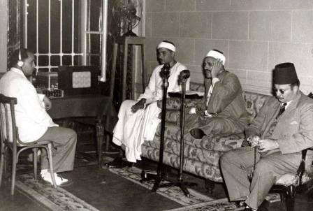 الملك فاروق يستمع للقرأن بالمسجد